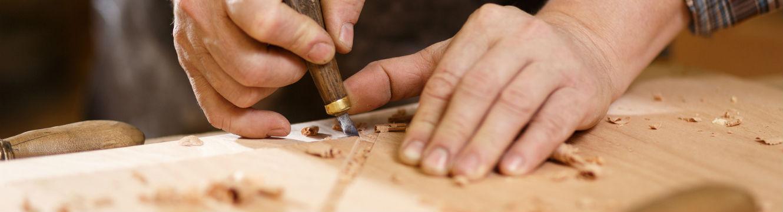 Menuisier en plein travail du bois